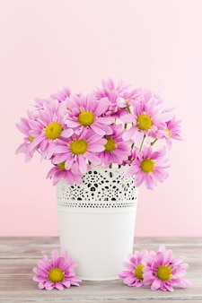 Arranjo com flores da primavera em vaso branco