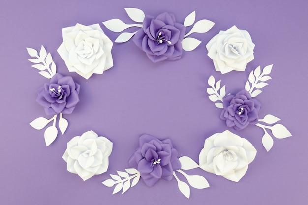 Arranjo com flores de papel e fundo roxo