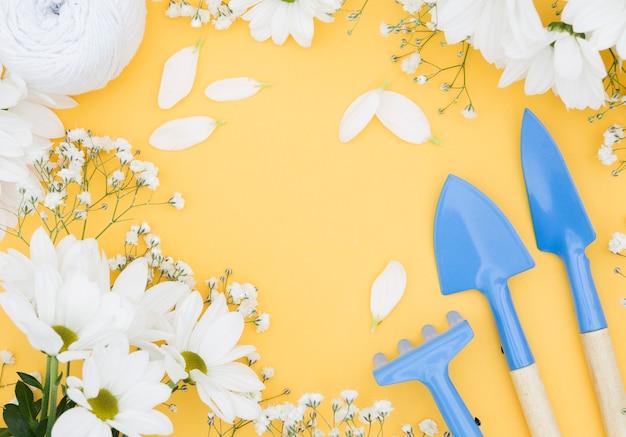 Arranjo com flores e ferramentas de jardinagem