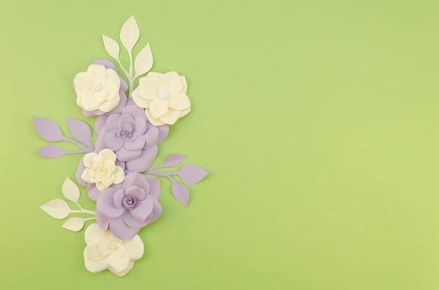 Arranjo com flores e fundo verde