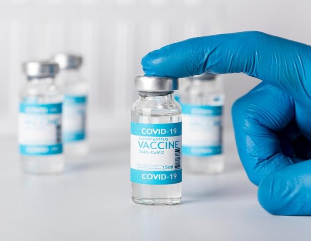Arranjo com frasco de vacinação no laboratório