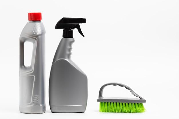 Arranjo com frascos de detergente e escova