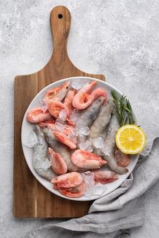 Arranjo com frutos do mar congelados na mesa