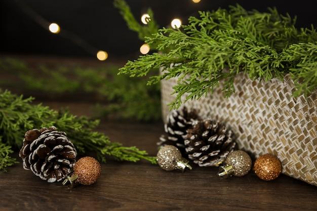 Arranjo com galhos de árvore de natal e cones