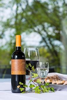 Arranjo com garrafa de vinho e criação em restaurante fino
