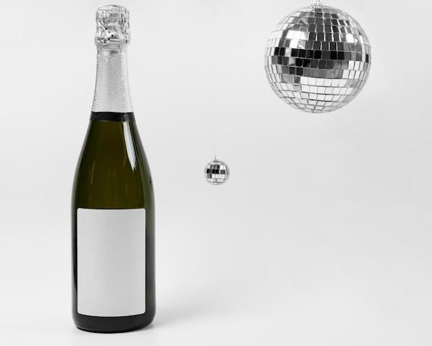 Arranjo com garrafa e globos de discoteca