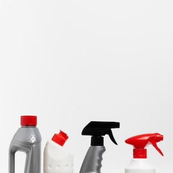 Arranjo com garrafas de detergente e spray