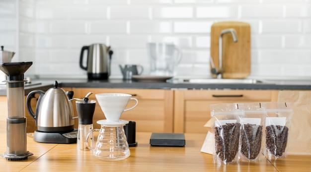 Arranjo com grãos de café e máquina