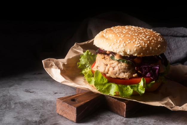 Arranjo com hambúrguer saboroso e espaço para texto