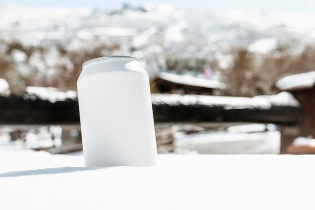 Arranjo com lata de refrigerante ao ar livre
