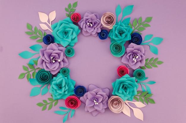Arranjo com linda coroa de flores e fundo roxo
