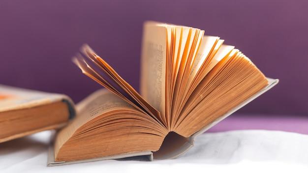 Arranjo com livro aberto