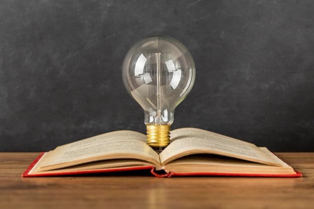 Arranjo com livro e lâmpada