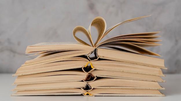 Arranjo com livros abertos