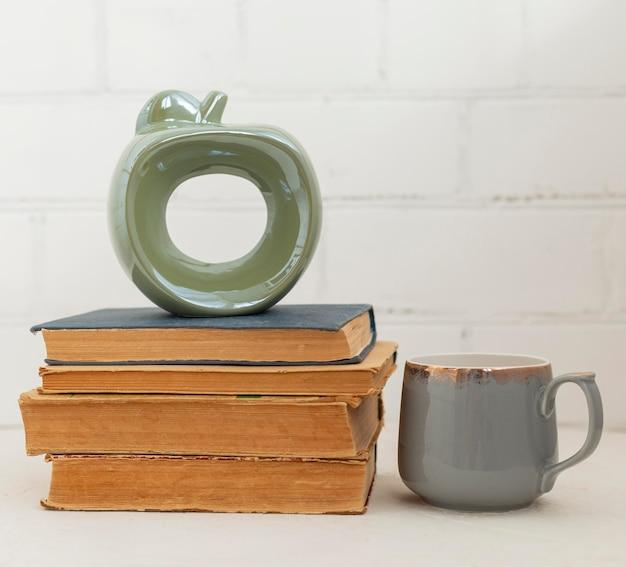 Arranjo com livros e bebida