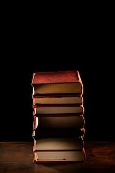 Arranjo com livros e fundo escuro