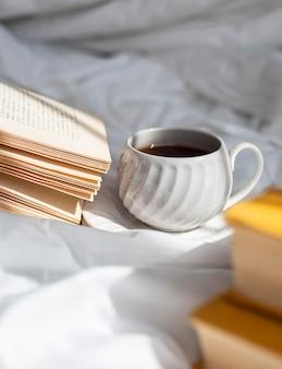 Arranjo com livros e xícara