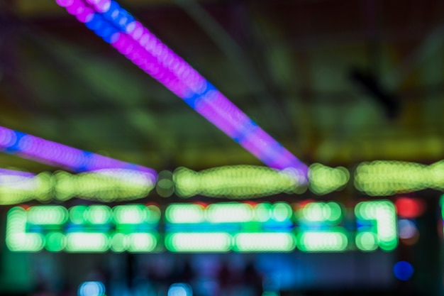 Arranjo com luzes coloridas no parque de diversões