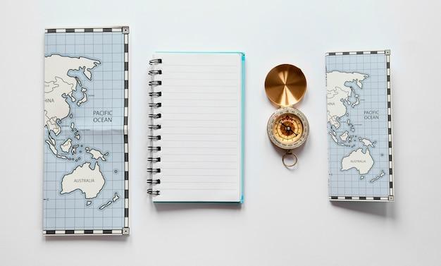 Arranjo com mapas e caderno