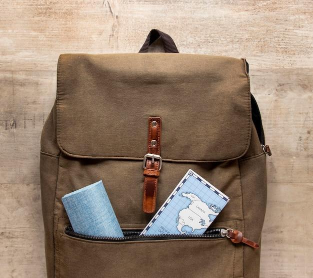 Arranjo com mapas e mochila