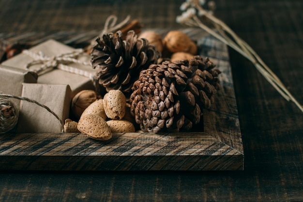 Arranjo com moldura de madeira e cones