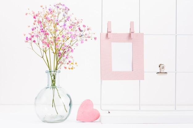 Arranjo com moldura e vaso de flores