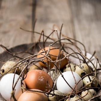 Arranjo com ovos e galhos
