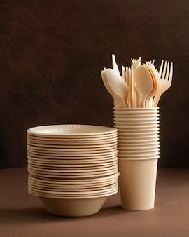 Arranjo com pratos, xícaras e talheres