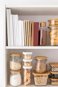 Arranjo com recipientes de comida e livros