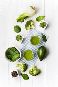 Arranjo com smoothie de legumes