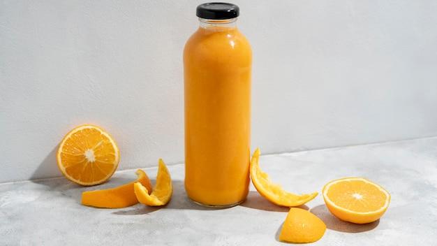 Arranjo com suco de laranja e frutas