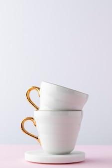 Arranjo com xícaras brancas
