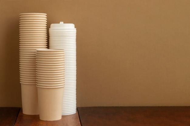 Arranjo com xícaras e espaço de cópia