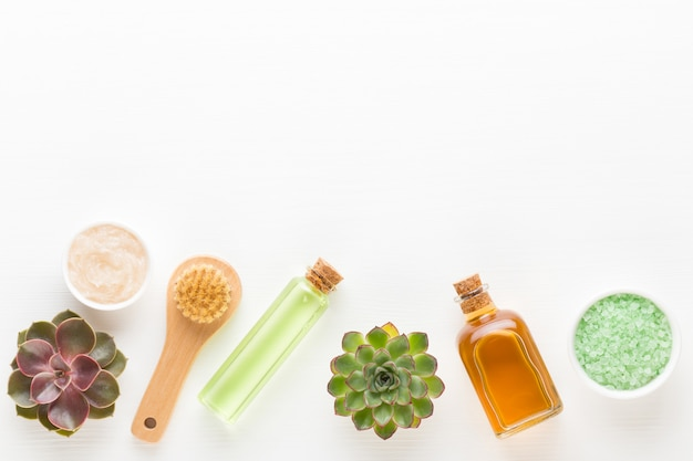 Arranjo cosmético verde bio herbal, sal marinho e cosmético artesanal.