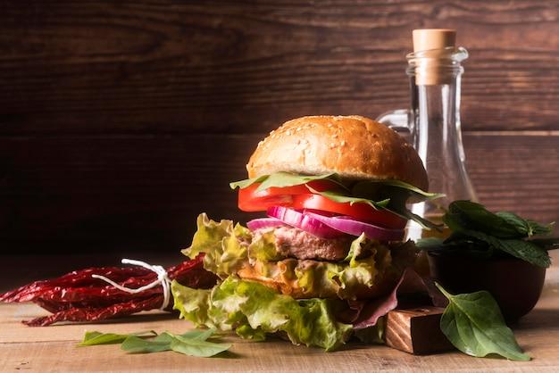Arranjo criativo com hambúrguer