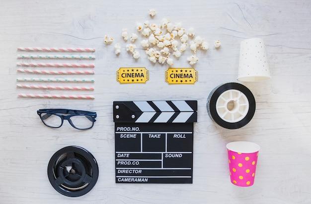 Arranjo criativo de acessórios de cinema