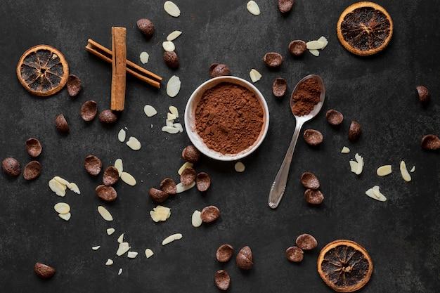 Arranjo criativo de deliciosos produtos de chocolate