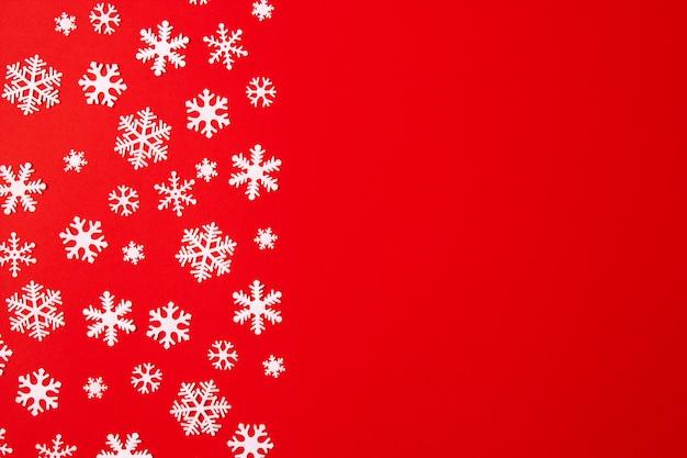Arranjo criativo de flocos de neve de decoração de natal em vermelho