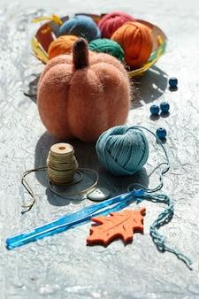 Arranjo criativo de materiais artesanais para tricô e crochê.
