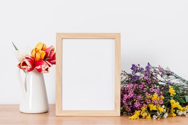 Arranjo criativo de moldura e flores