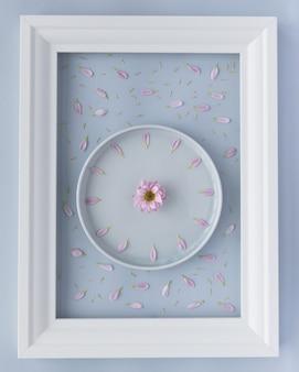 Arranjo criativo de prato de lavanda com relógio de flores de crisântemo criado a partir de pétalas violetas frescas