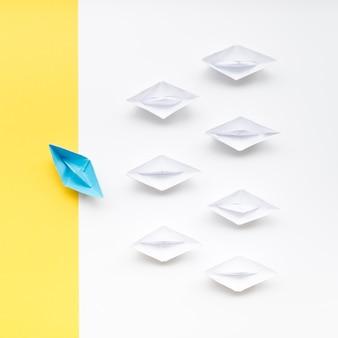Arranjo criativo para barquinhos de papel de conceito de individualidade