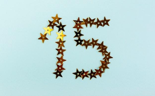 Arranjo criativo para festa de quinceanera com estrelas douradas