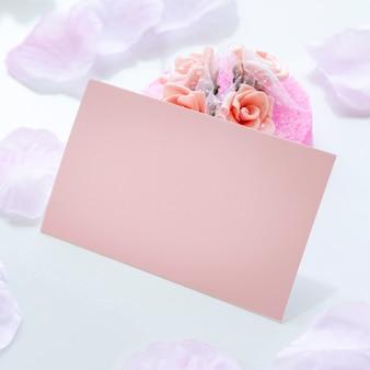 Arranjo criativo para festa de quinceanera na mesa com cartão vazio
