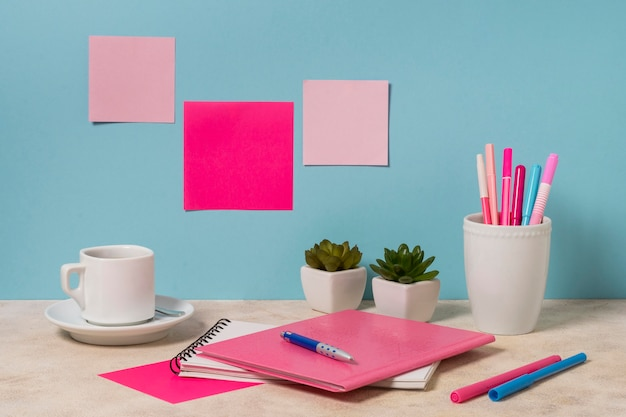 Arranjo da mesa com caderno e canetas