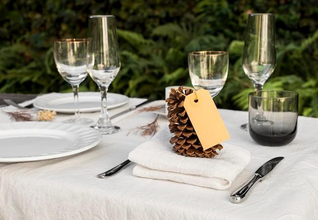 Arranjo da mesa com pinha