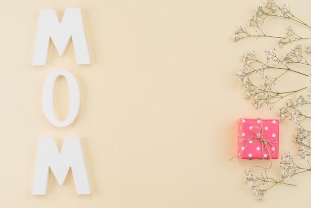 Arranjo da palavra mamãe, gipsofilia e caixa de presente