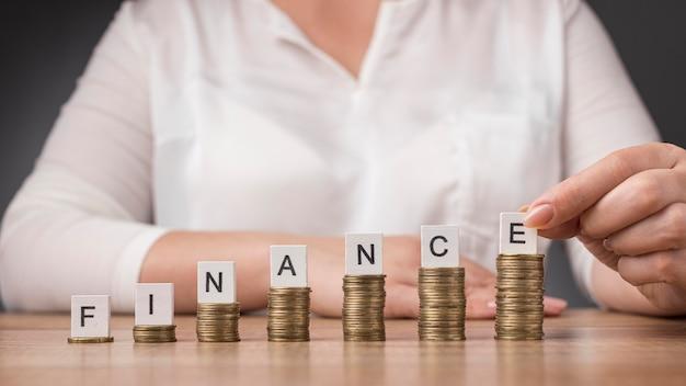Arranjo da pilha de moedas com palavras financeiras
