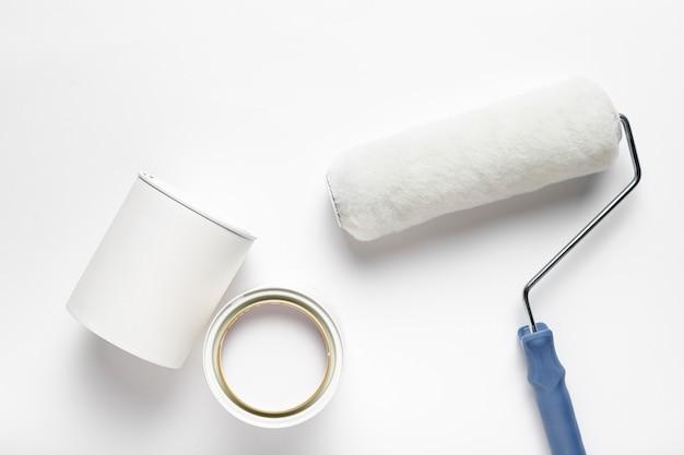 Arranjo da vista superior com escova de rolo e recipiente de tinta