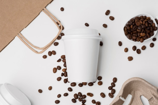 Arranjo da vista superior com grãos de café